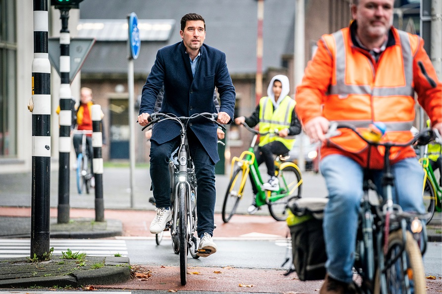 Deputy Mayor Robert van Asten cycling around The Hague. (Photo: Valerie Kuypers)